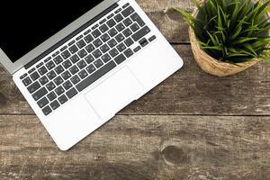 área de trabalho de madeira hipster grunge com computador, tablet digital foto