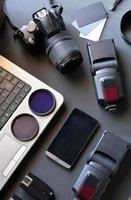 desktop com equipamento de fotografia