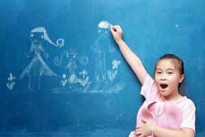 menina desenhando minha família na lousa foto