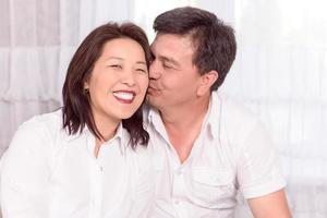 feliz família asiática em casa