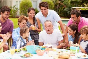 família de várias gerações, comemorando o aniversário no jardim foto