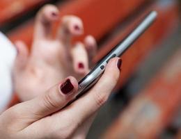 muito close de mãos femininas com tablet pc foto