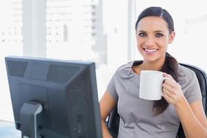 empresária atraente sorridente segurando caneca foto