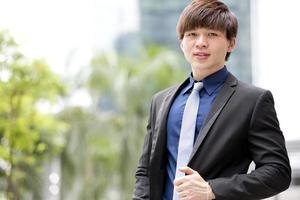 jovem executivo masculino asiático retrato sorridente foto
