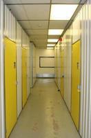 corredor industrial, com portas numeradas foto