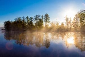 névoa da manhã em um rio calmo