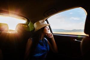 mulher viajar de carro com luz solar e pitoresca