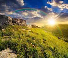 pedregulhos na encosta nas montanhas ao pôr do sol