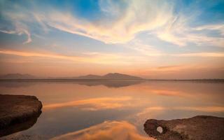 crepúsculo em um lago de montanha foto