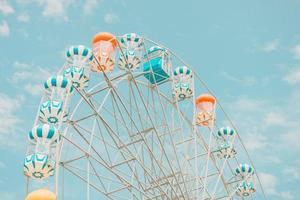 roda gigante com céu azul foto