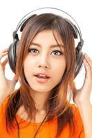 fone de ouvido e mulher asiática foto