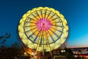 a roda gigante, diversão, no fundo do céu azul foto