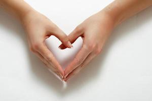 mãos de mulher formando um coração foto