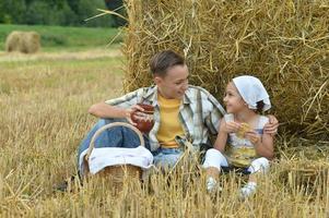 crianças com leite e bolinhos no campo foto