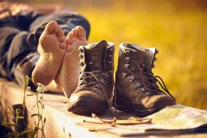alpinista andando com os pés descalços no banco deitado por do sol foto