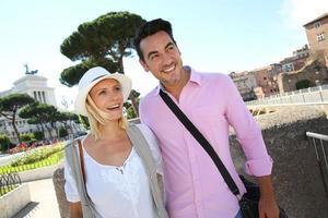casal descobrindo Roma em dia ensolarado foto