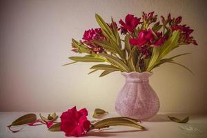 natureza morta com um lindo ramo de flores foto