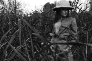 mulher de safari no pântano preto e branco