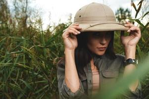 mulher de safari no pântano