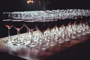 taças com vinho na mesa foto