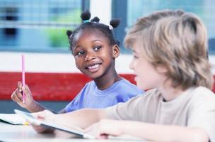 sala de aula multiétnica. estudante afro-americano falando com o caucasi foto