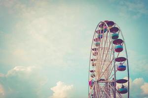 roda gigante na cor vintage de fundo de céu nublado foto