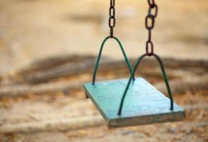 balanço de madeira vazio no parque foto