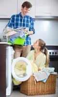 cônjuges lavando roupa regularmente