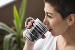 garota curtindo café. foto