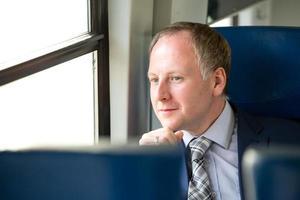 empresário, aproveitando sua viagem de trem foto