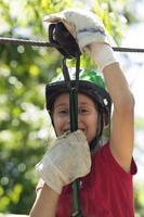 garota feliz desfrutando de aventura zip
