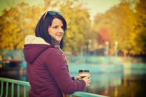 mulher tomando café no parque