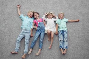 crianças deitado no chão foto