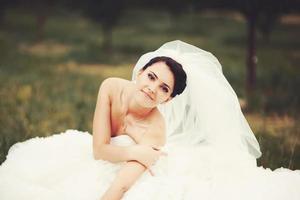 linda jovem noiva, aproveitando o dia do casamento. foto