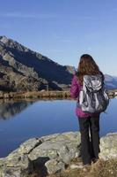 mulher alpinista, apreciando a paisagem de montanha no outono