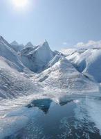 piscina glacial com campo de gelo no fundo