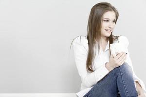 mulher desfrutando de um café