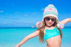 retrato de menina sorridente desfrutar de férias de verão foto