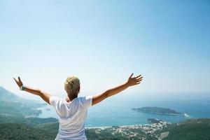 garota desfrutando na natureza com as mãos levantadas foto