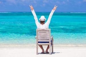 jovem aproveitando as férias de verão na praia tropical foto