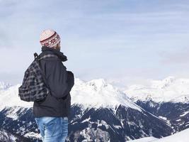 jovem aprecia a vista nas montanhas