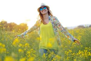 mulher jovem e bonita aproveitando o verão em um campo.
