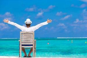 jovem aproveitando as férias de verão na praia tropical