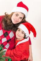 mãe solteira e filho a gostar de natal em casa foto
