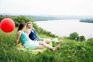 duas melhores amigas sentadas na grama foto