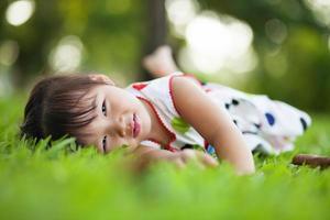 criança relaxante no parque. foto