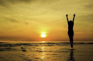silhueta menina feliz salto mostrar mão foto