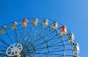 roda gigante no céu claro foto