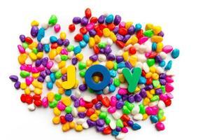 palavra de alegria em pedra colorida