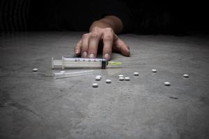 close-up no chão da seringa com a droga. foto